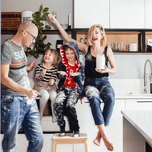 Czego tak naprawdę potrzebuje twoje dziecko? Wcale nie idealnej mamy w idealnym domu!